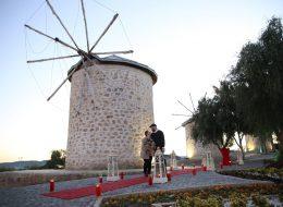 Alaçatı Yel Değirmenlerinde Dev Pankart Eşliğinde Evlenme Teklifi Organizasyonu İzmir