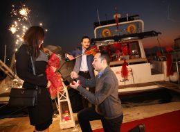 Teknede Canlı Müzik Eşliğinde Evlilik Teklifi Organizasyonu İzmir